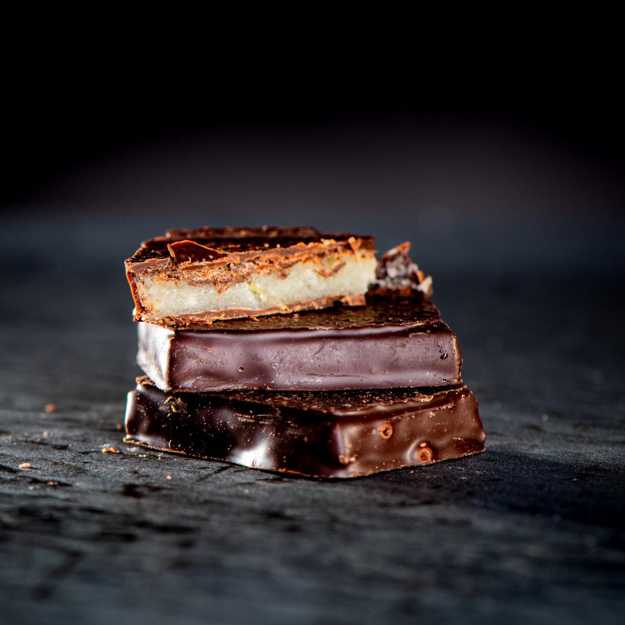 chocolat au lait praliné aux cacahuètes - chocolat au lait praliné croustillant à l'ancienne amande