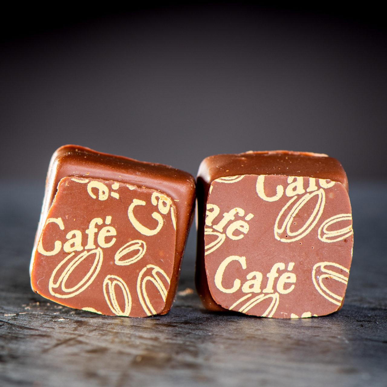 chocolat au lait avec une ganache crème à la cannelle - chocolat au lait avec une ganache crème au caramel